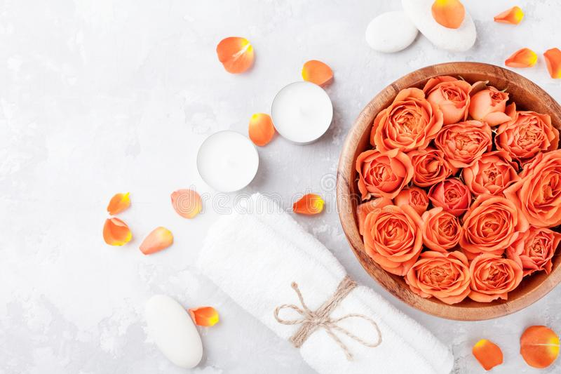 Rosen-Blume in der Schüssel, im Tuch und in den Kerzen auf Steintischplatteansicht Badekurort, Aromatherapie, Wellness, Schönheit stockbild