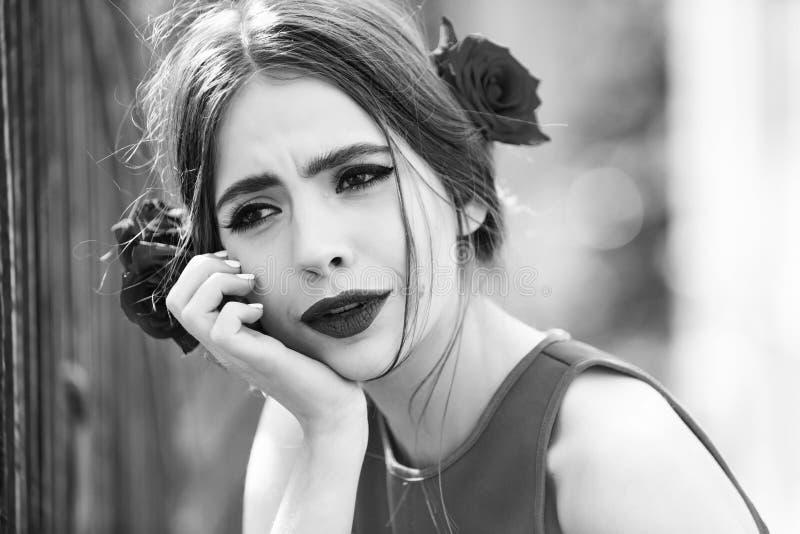 Rosen-Blume im Haar der hübschen Frau mit den roten Lippen lizenzfreie stockbilder