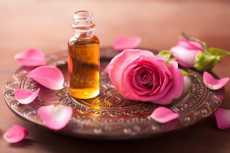 Rosen-Blume und -ätherisches Öl. Badekurortaromatherapie stockbild