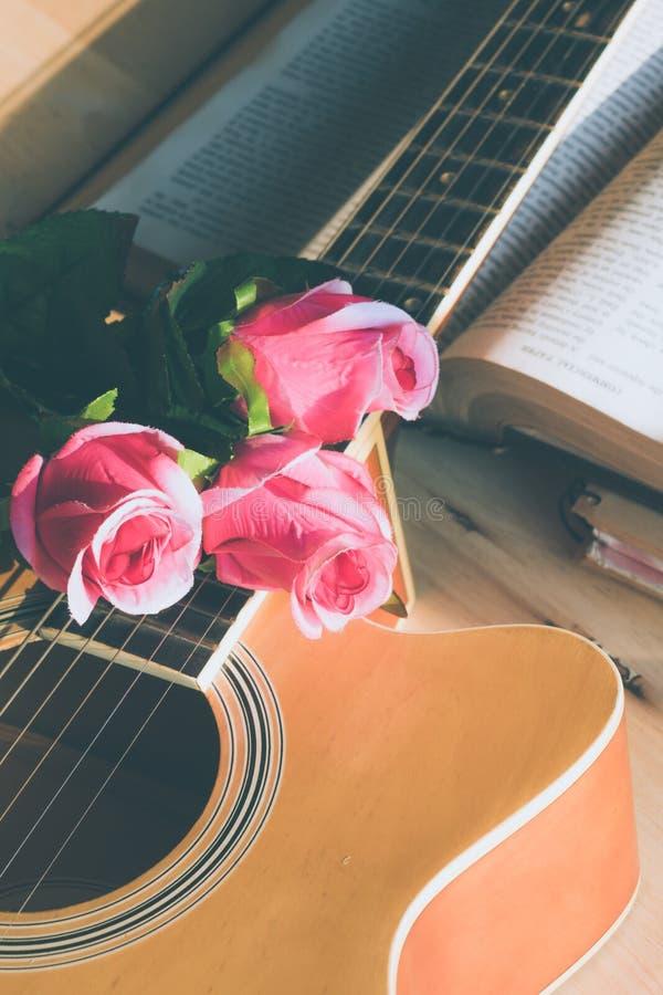 Rosen-Blumen mit einer Gitarre lizenzfreie stockfotos