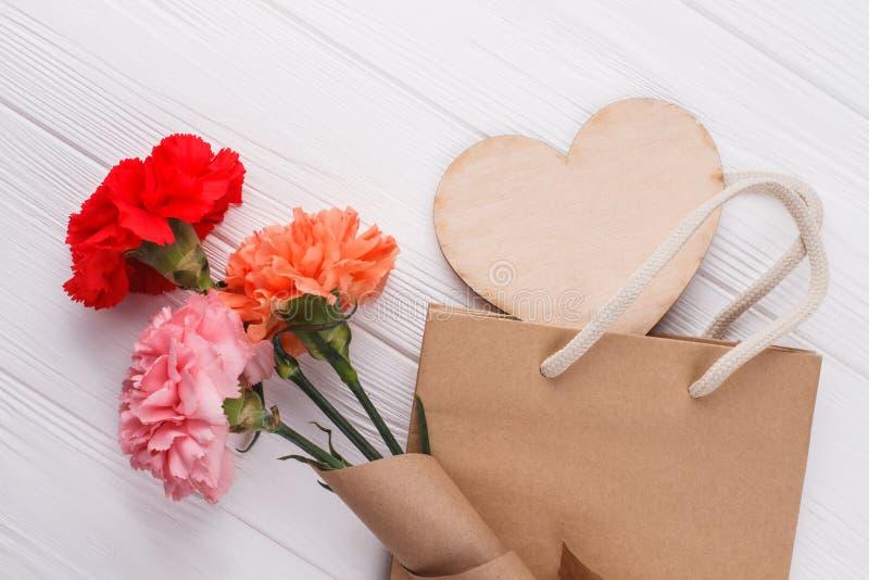 Rosen-Blumen und shoppign Tasche lizenzfreies stockfoto