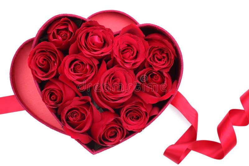 Rosen-Blumenblätter in heart-shaped Kasten stockfotos
