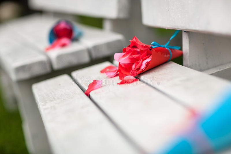 Rosen-Blumenblätter im Papierkegel stockfotos