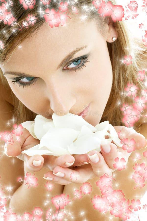Rosen-Blumenblätter mit kleinen Blumen #2 lizenzfreie stockbilder