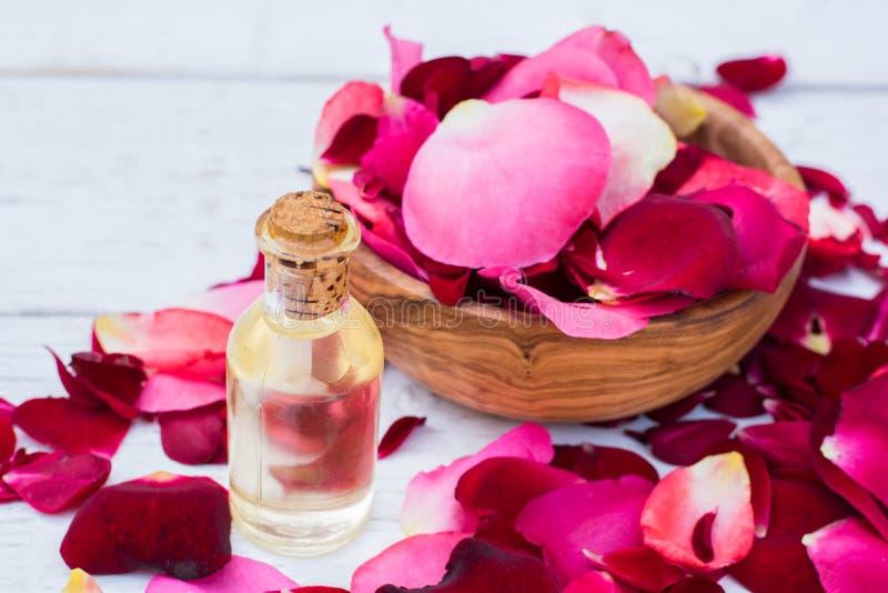 Rosen-Blumenblätter und -ätherisches Öl Badekurort aromatherapy lizenzfreie stockbilder