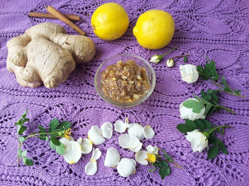 Rosen-Blumenblattstau mit Ingwer und Zitrone stockfotografie