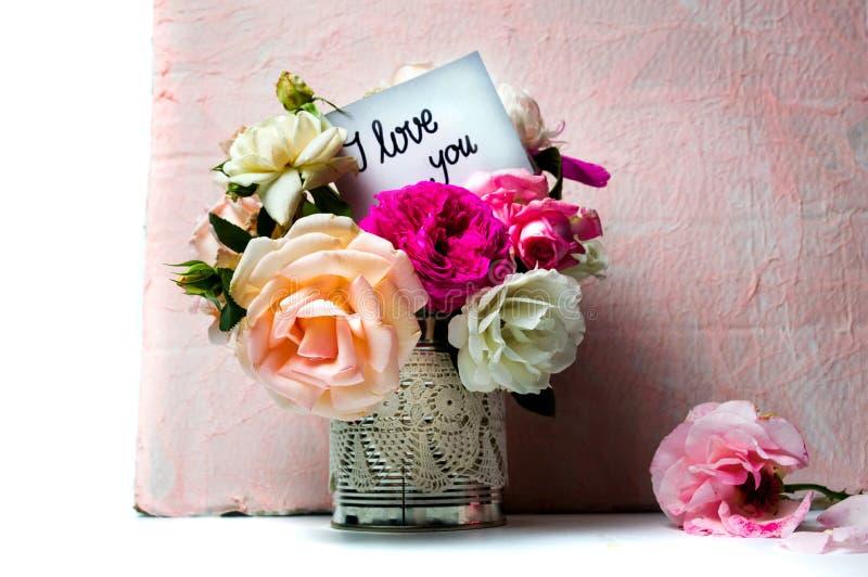 Rosen-Blumenblumenstrauß und ich liebe dich -mitteilung stockbild