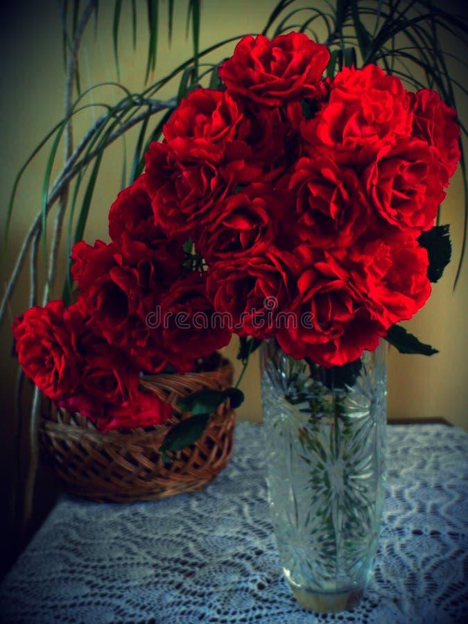 Rosen in einem Vase stockbilder