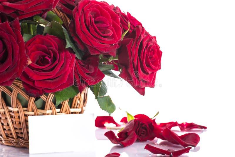 Rosen in einem Weidenkorb lizenzfreies stockfoto