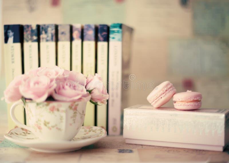 Rosen in einer Teeschale stockbilder