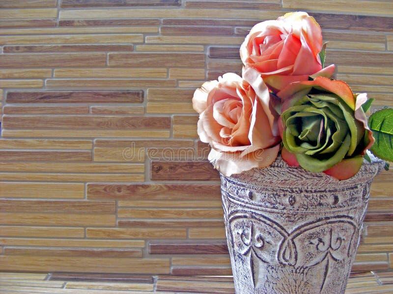 Rosen im schäbigen Vase auf einem Bambusholztisch mit Kopienraum lizenzfreies stockbild