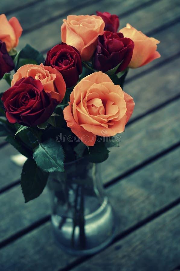 Rosen im Vase lizenzfreie stockbilder