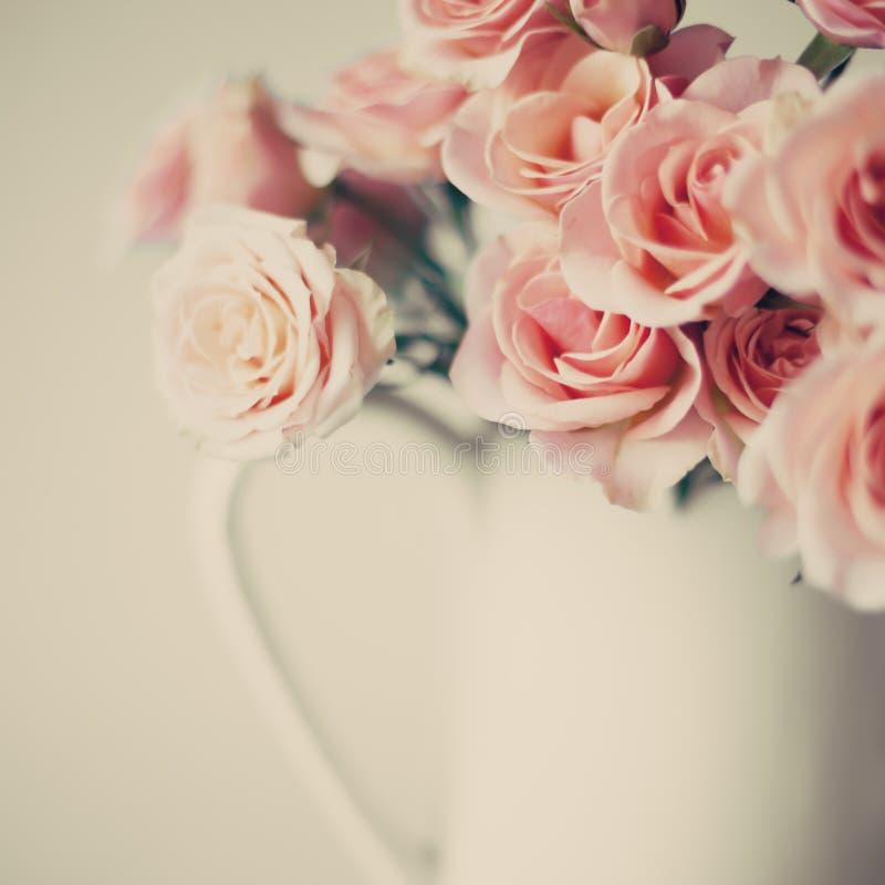 Rosen im weißen Vase lizenzfreie stockfotos