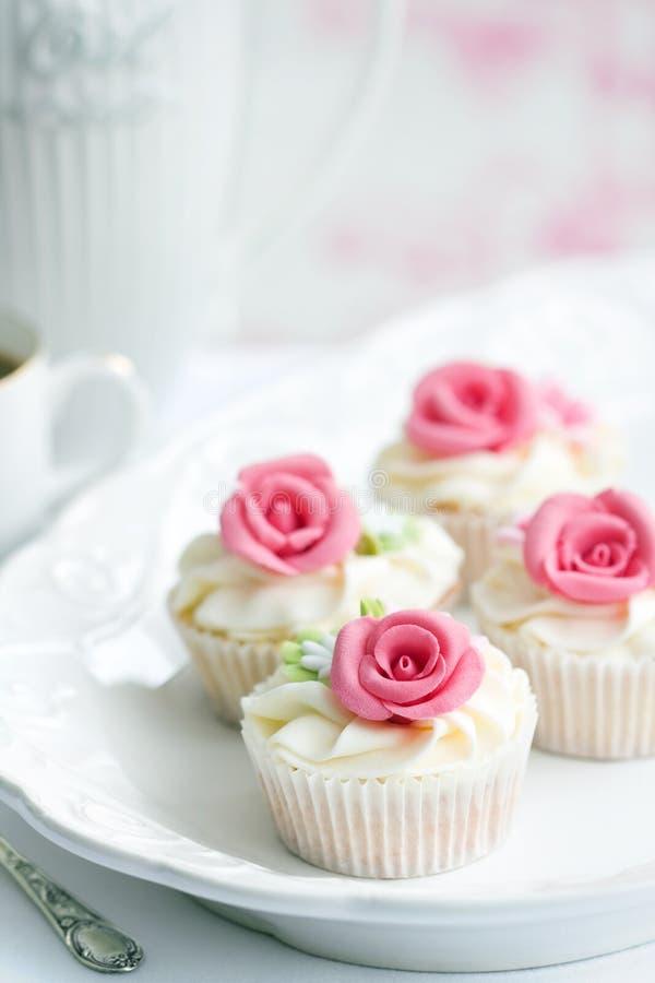 Rosen-kleine Kuchen lizenzfreie stockbilder