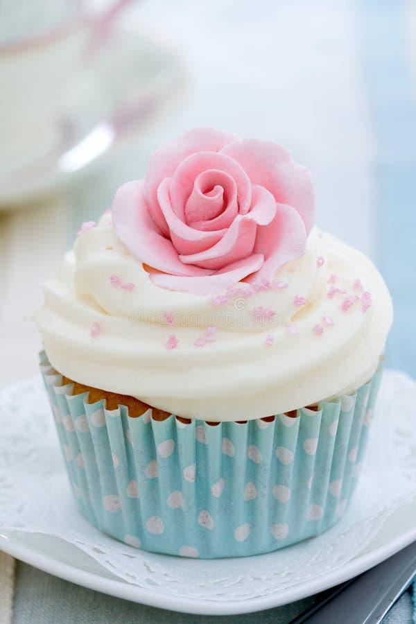 Rosen-kleiner Kuchen lizenzfreie stockfotos