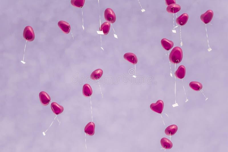 Rosen-Liebesherzballone in den Himmel mit zukünftigen Wünschen stockbild