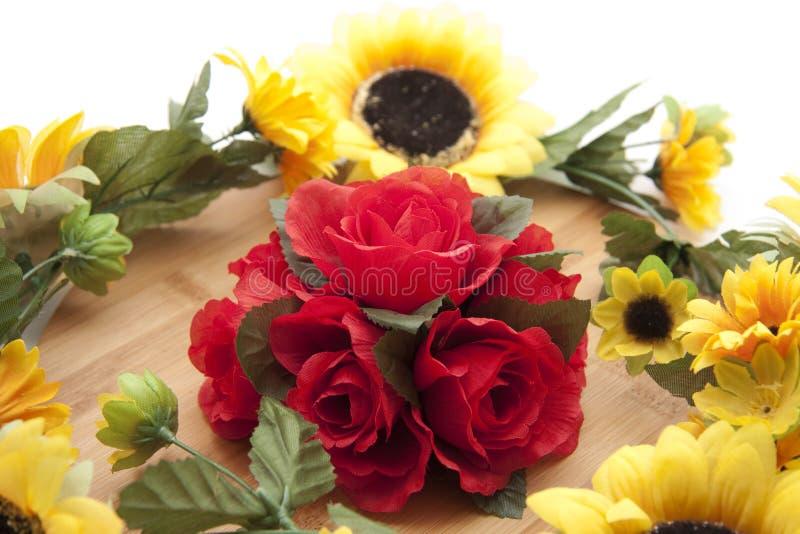 Rosen mit Sonnenblumen lizenzfreies stockfoto