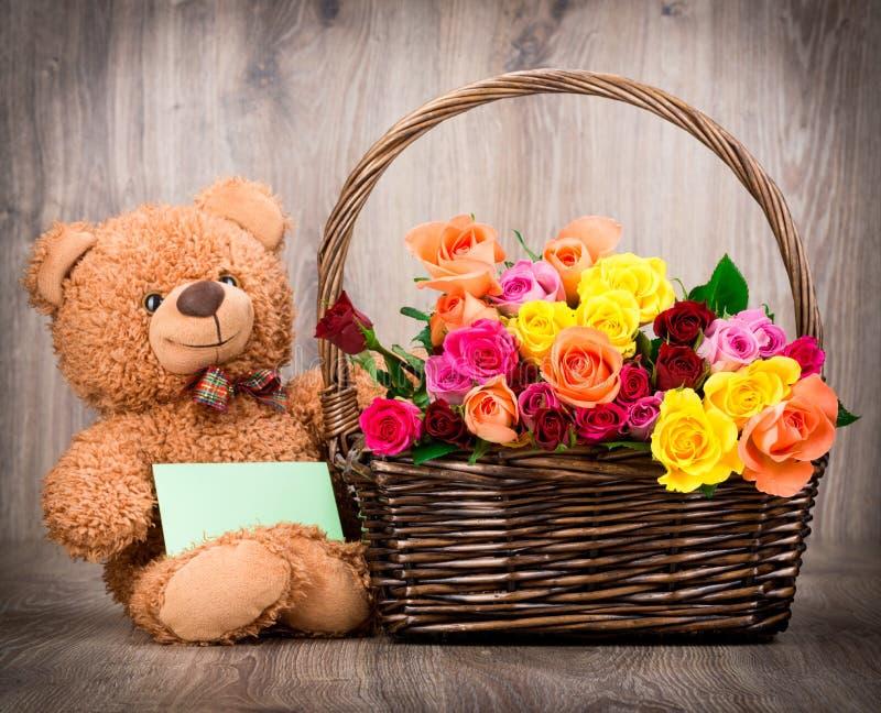 Rosen und ein Teddybär stockfoto