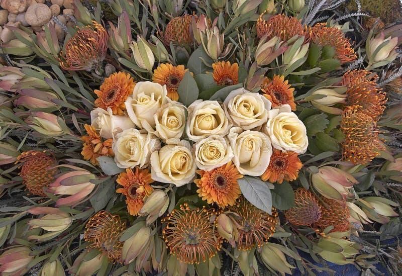 Rosen und wilde Blumen stockfotos