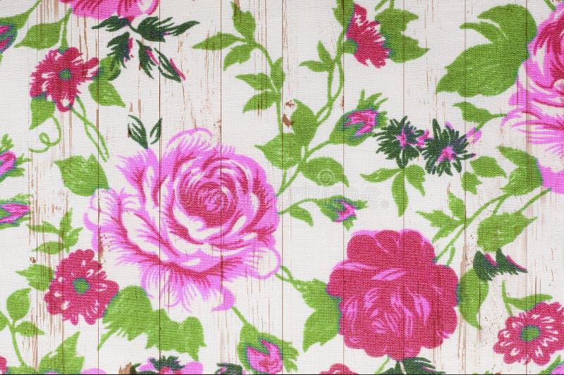 Rosen-Weinlese vom Gewebe auf weißem hölzernem lizenzfreie stockbilder
