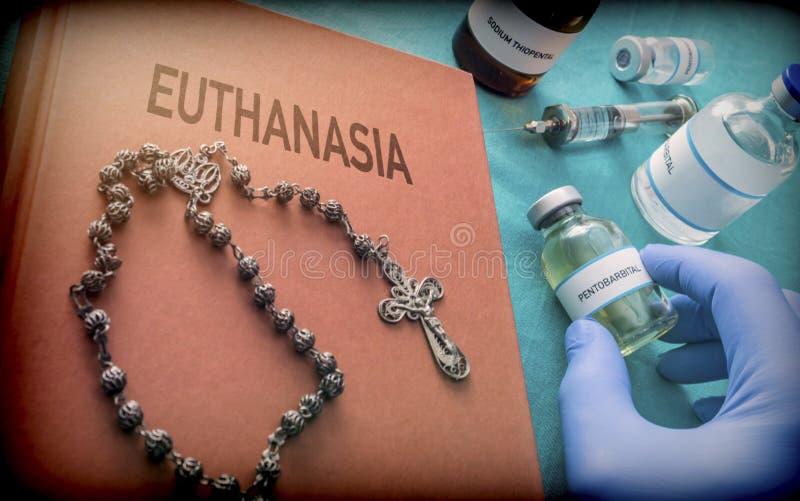 Rosenbeet über ein Buch der Euthanasie, Doktor nehmen eine Phiole mit dem Pentobarbital, das für die Euthanasie und das inyecion  stockfotografie