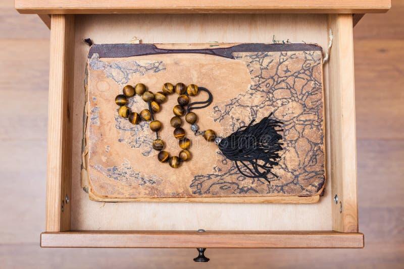 Rosenbeet auf ansient Buch im offenen Fach lizenzfreies stockbild