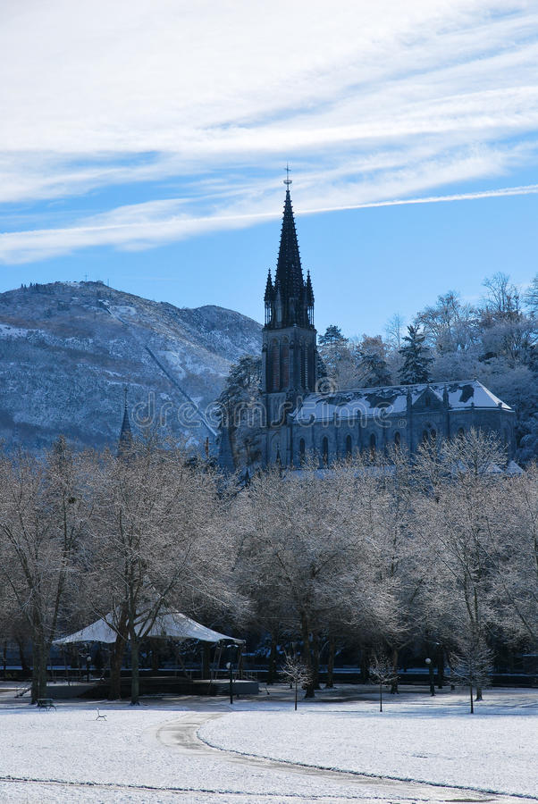 Rosenbeet-Basilika von Lourdes lizenzfreies stockfoto