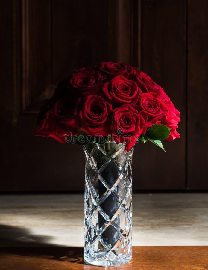 Rosenblumenstrauß in eleganter Kristallvase lizenzfreies stockbild