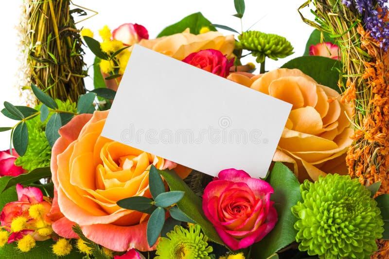 Rosenblumenstrauß und Papierkarte stockfoto