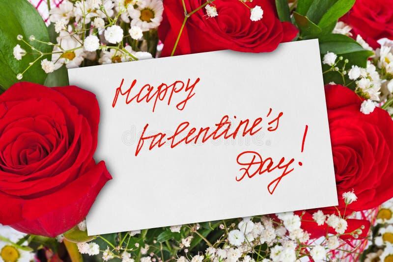 Rosenblumenstrauß und Valentinsgrußtageskarte lizenzfreie stockfotografie