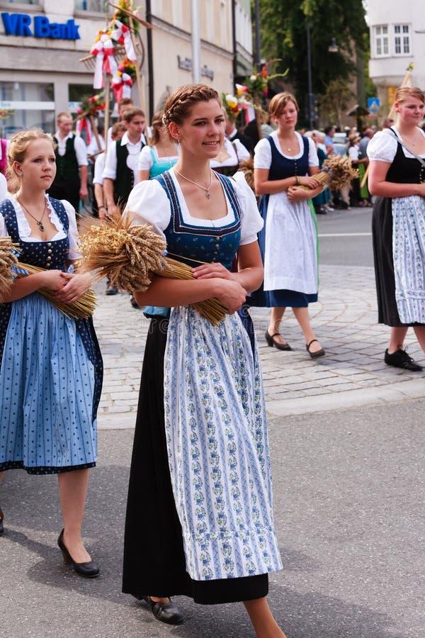 Rosenheim, Alemanha, 09/04/2016: Parada do festival da colheita em Rosenheim foto de stock