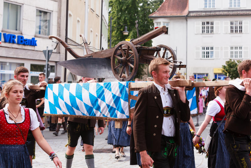 Rosenheim, Deutschland, 09/04/2016: Erntefestparade in Rosenheim lizenzfreies stockbild