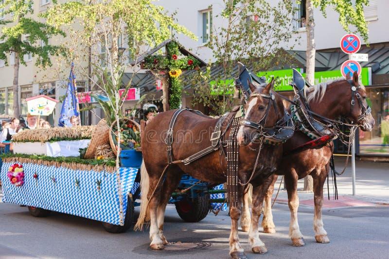 Rosenheim, Duitsland, 09/04/2016: De parade van het oogstfestival in Rosenheim stock fotografie