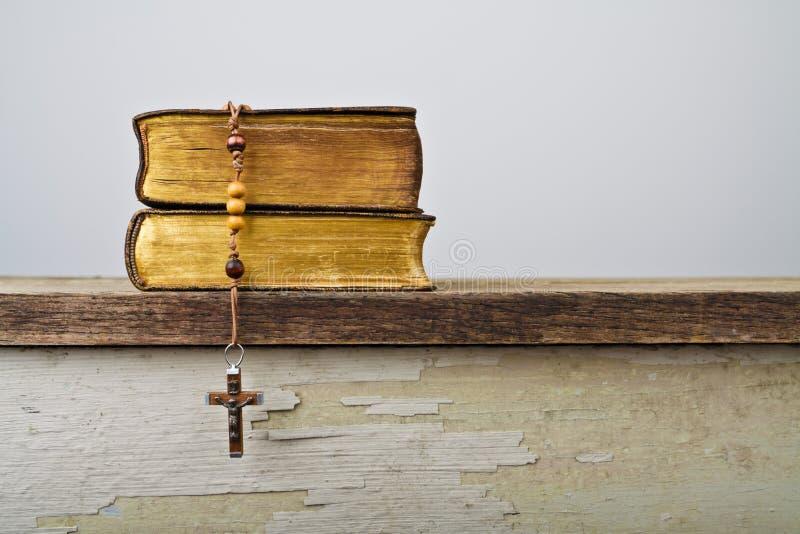 Rosenkranzperlen und Bücher der Liturgie der katholischen Kirche lizenzfreies stockbild
