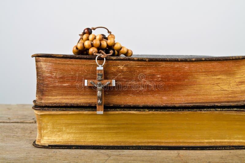 Rosenkranzperlen und Bücher der Liturgie der katholischen Kirche stockbilder