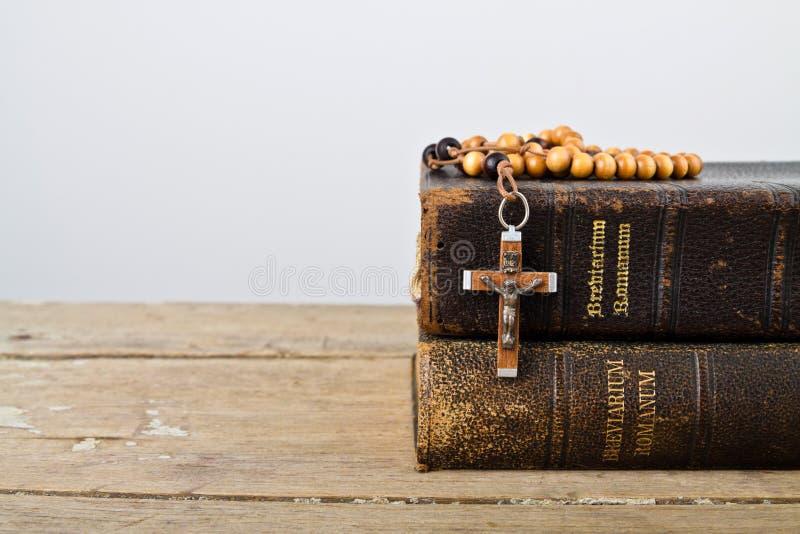Rosenkranzperlen und Bücher der Liturgie der katholischen Kirche stockbild