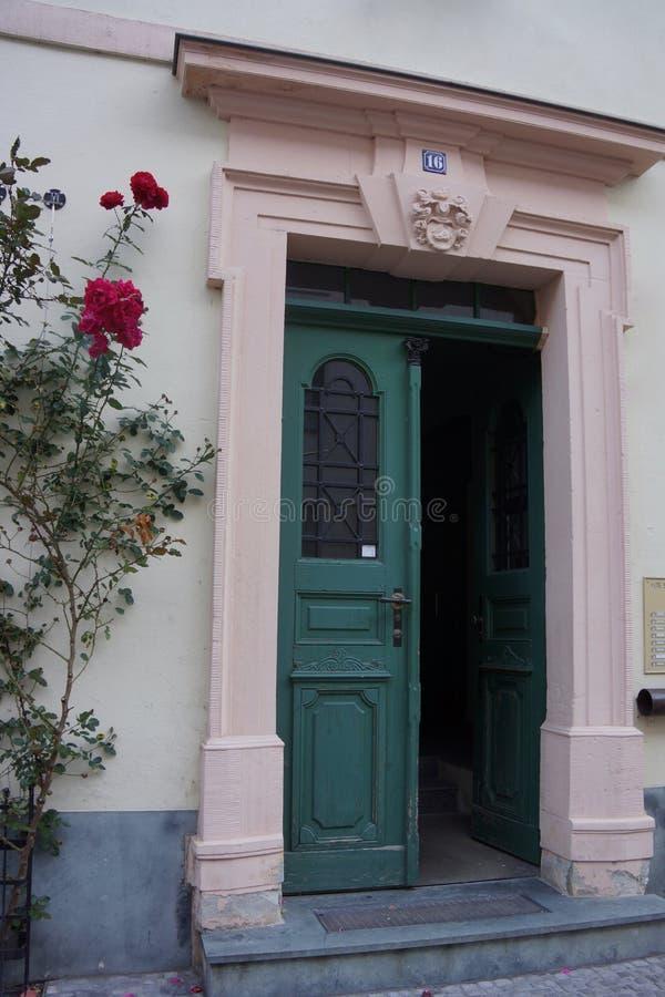 Roses à l'entrée d'une maison photo stock