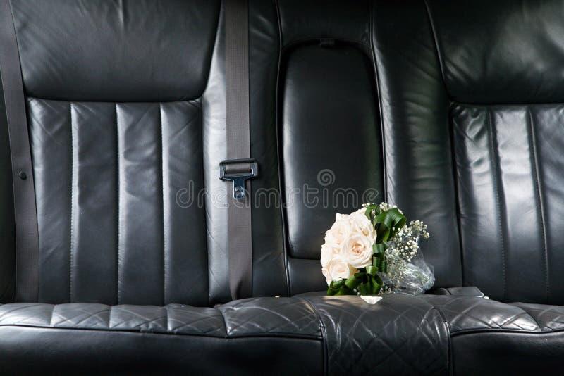 Roses au siège de la limousine de nouveaux mariés photographie stock libre de droits