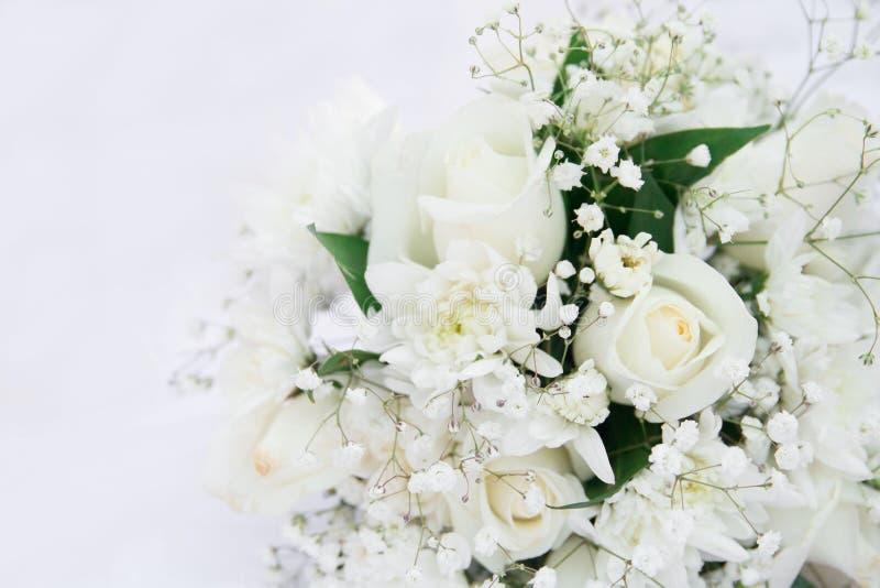 Roses blanches épousant le bouquet se couchant D'isolement sur le blanc photos stock