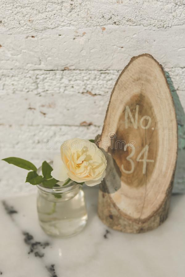 Roses blanches dans le vase clair photos stock
