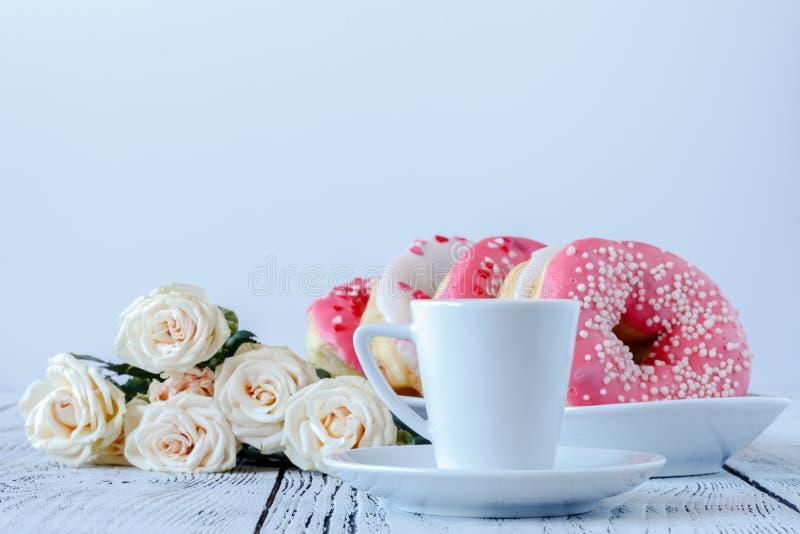 Roses blanches et café noir sur le blanc images libres de droits