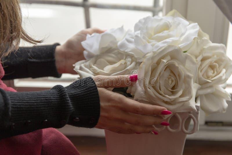 Roses blanches et fille photographie stock libre de droits