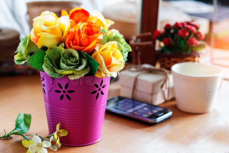 Roses colorées sur le bureau images stock