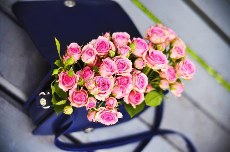 Roses dans un sac à main photographie stock