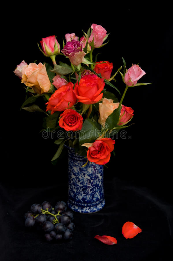 Roses dans un vase bleu. image stock