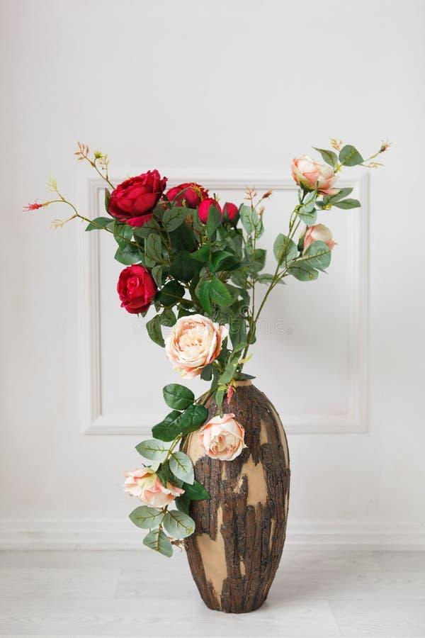 Roses dans un vase en bois images stock