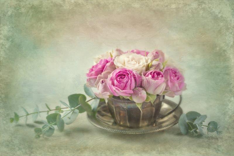 Roses roses dans une tasse de thé photo stock