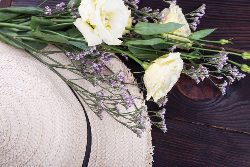 Roses de chapeau de paille et de lumière photos libres de droits