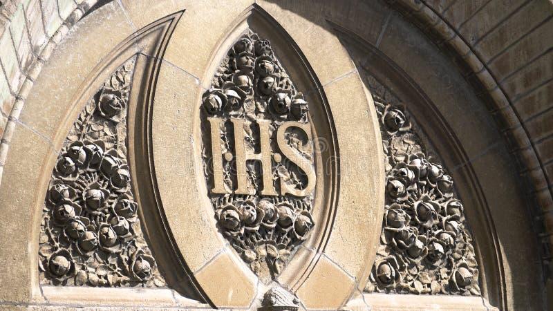 Roses en pierre sur une église photographie stock libre de droits