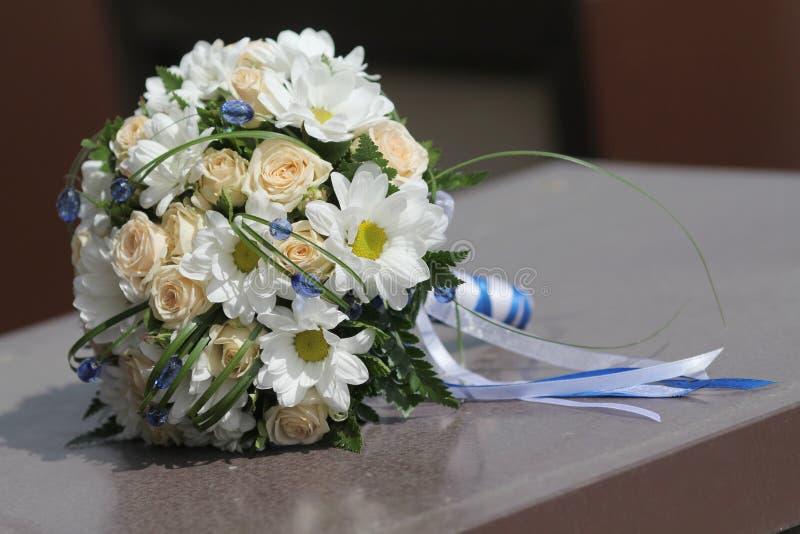 Roses et camomille de crème de bouquet de mariage image libre de droits